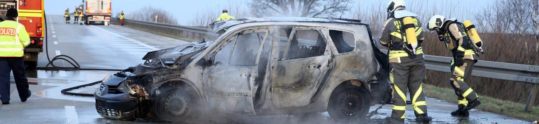11.03.2017 (RH170311-01) Wilsdruff – VU PKW prallt auf Sattelzug und brennt aus – 1 Verletzte